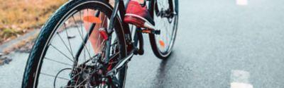 Ein Mensch fährt auf einem Fahrrad