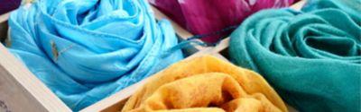 4 Halstücher unterschiedlicher Farbe in einer Box