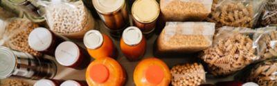 Blick von oben auf verschiedene geordnete Lebensmittel