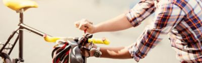 Eine Person stellt die Höhe des Lenkers auf einem Fahrrad ein