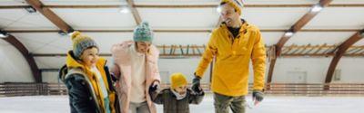 Familie spielt Eishockey