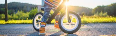 Kind fährt sein kleines Fahrrad