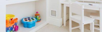 Kinderzimmer mit einem Schrank voller Spielzeug