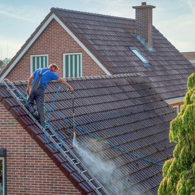 Braune, rote, blaue und graue Dachziegel
