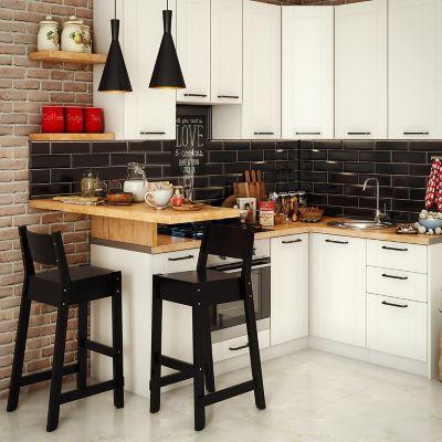 Küche mit schwarzen Fliesen und Holzeinrichtung