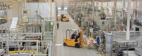 elemento mobile di un carrello a forche all'interno di un impianto di produzione industriale