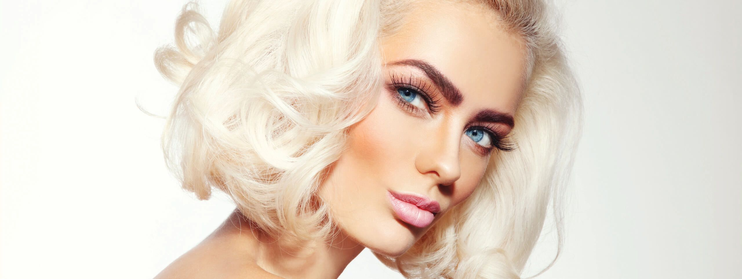 Model rocks platinum blonde hair color trend