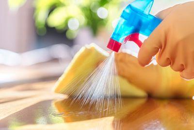 Die besten Hygieneprodukte, eine Sprühflasche mit Putzhandschuhen und einem Lappen