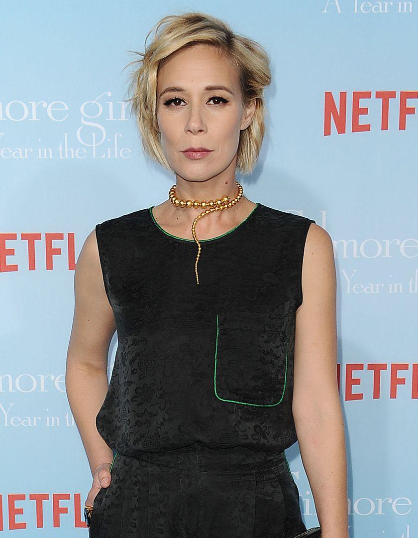 Aktorka we fryzurze z rzadkich włosów