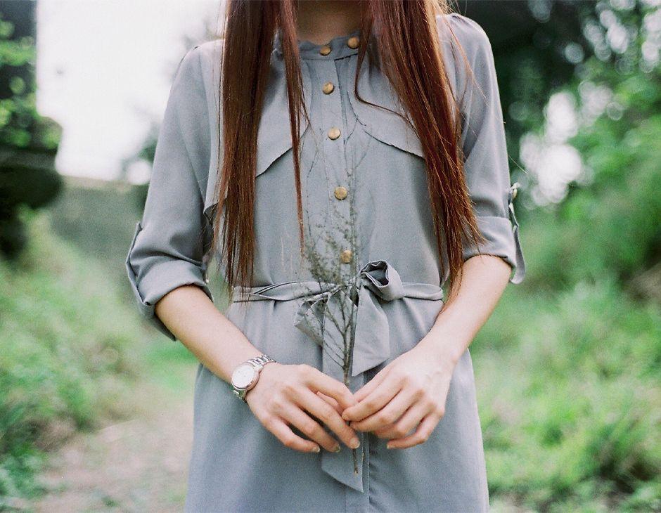 Gros plan sur les pointes de longs cheveux bruns.