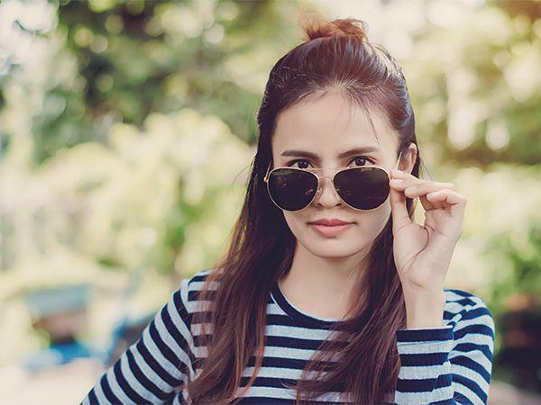 Kobieta w okularach przeciwsłonecznych i koczku na głowie