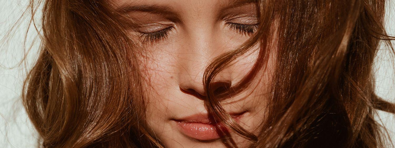 Foto frontale di una donna con capelli rossi ondulati