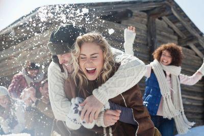 Scalp care Blog post 7 Juckende Kopfhaut im Winter Young couple throwing snowballs laughing nice long hair 151812569