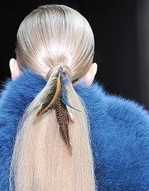 Modella con piume tra i capelli