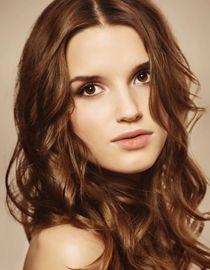Kobieta o falowanych i zdrowych włosach
