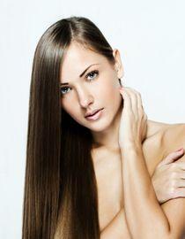 Kobieta o prostych i zdrowych włosach