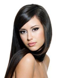 Kobieta o ciemnych i lśniących włosach