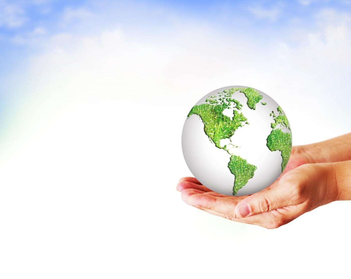 Un globe terrestre maintenu par des mains