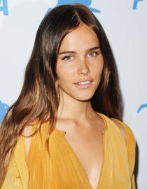 Les cheveux lisses d'Isabel Lucas