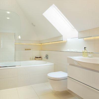 Ein sauberes beiges Badezimmer mit weißer Toilette
