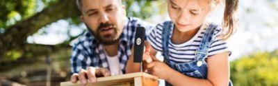 Ein Vater und seine Tochter bauen ein Vogelhaus