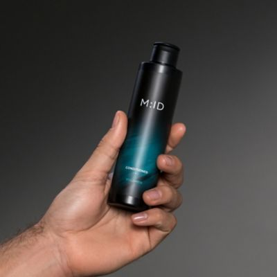 Conditioner Volumen hand holding the product
