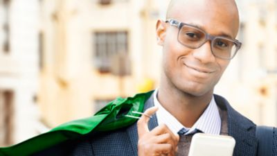 Ein freundlich lächelnder Mann mit Brille.