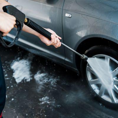 Czyszczenie samochodu za pomocą myjki wysokociśnieniowej