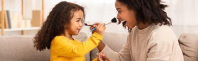 Make-up-Flecken aus weißer Kleidung entfernen