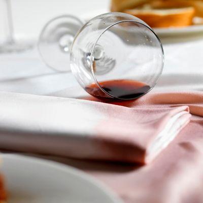 Rotweinflecken aus der Tischdecke
