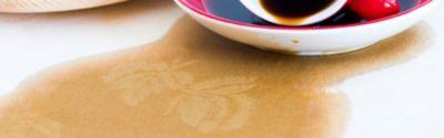 Tee oder Kaffee auf der Tischdecke: Flecken entfernen