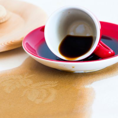 Kaffee Flecken auf der Tischdecke