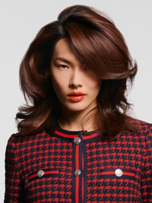 Essential Looks Back to Classics Model with Brunette Voluminous Waves