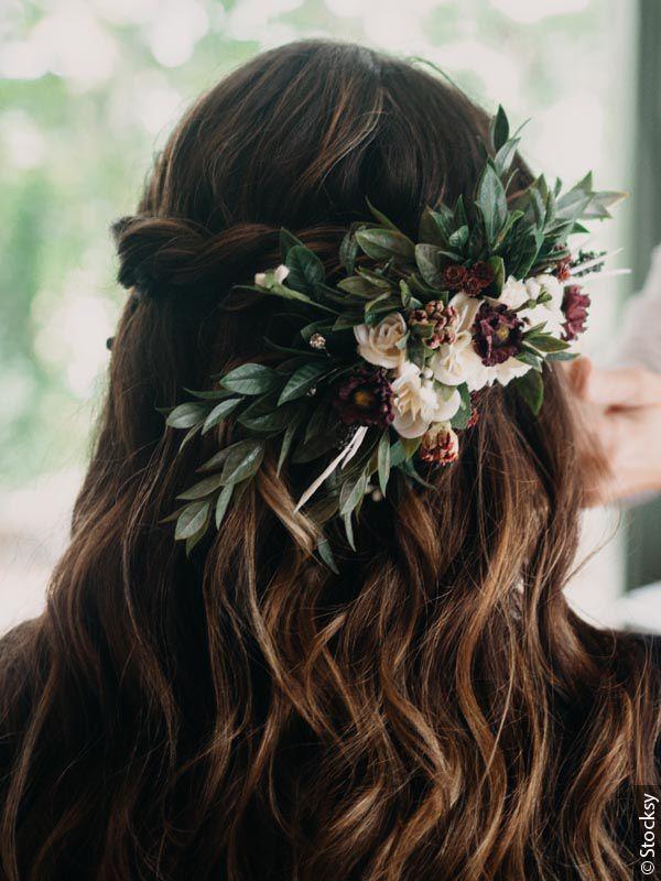 Kobieta w boho fryzurze z kwiatami we włosach