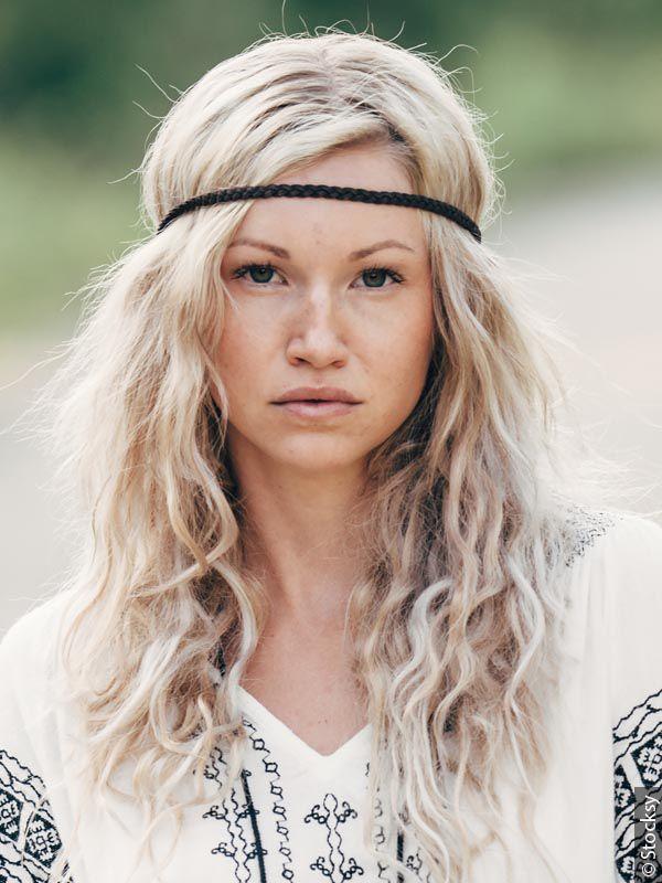 Kobieta o długich włosach z opaską na głowie