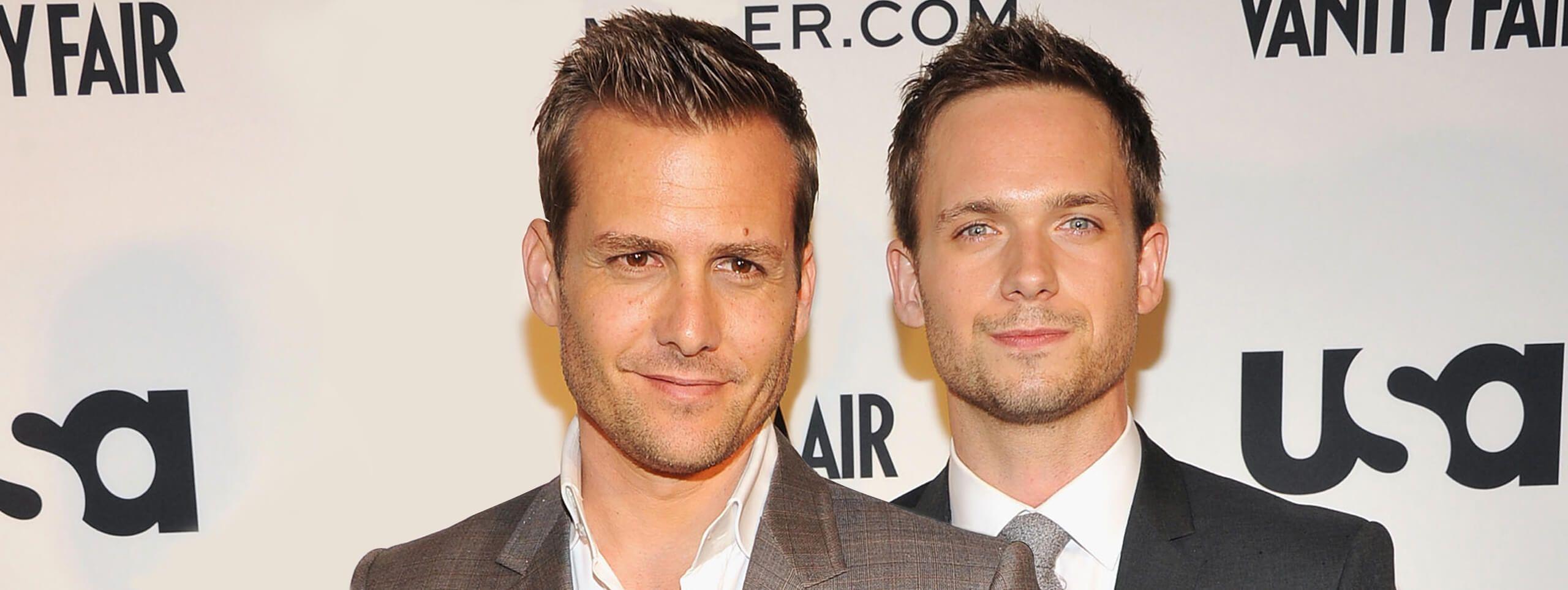 Deux acteurs côte à côte avec des cheveux courts