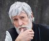 Model Aiden mit grauen Haaren und Bart.