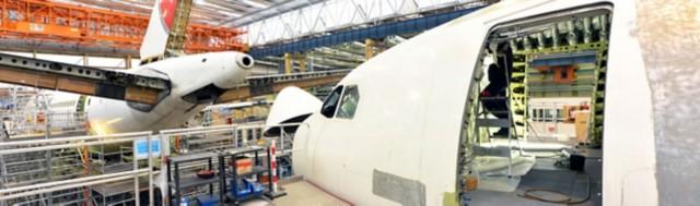 飞机起落架舱门制造现场的裁剪图像。