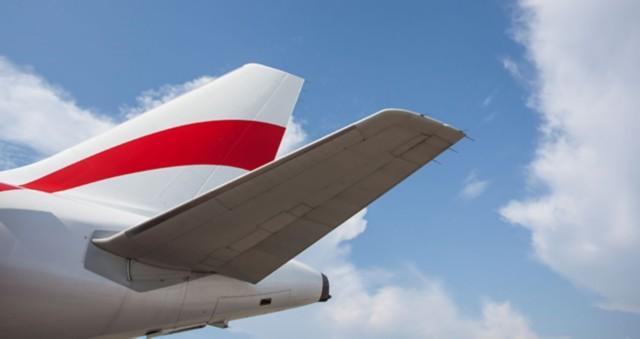 以天空为背景的飞机尾翼裁剪图像。