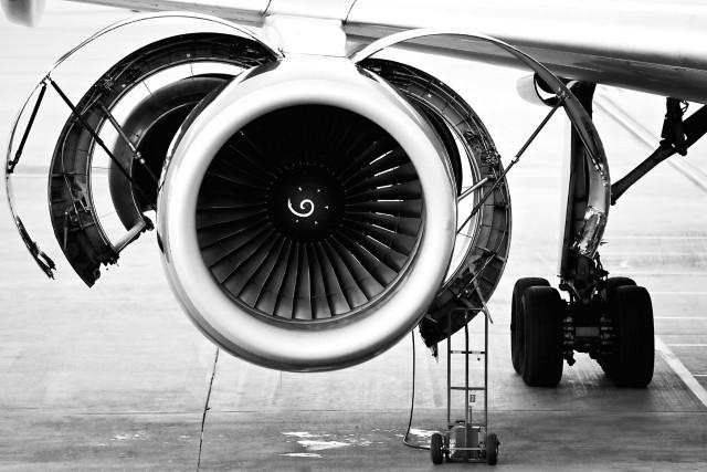 飞机发动机机舱,风扇罩黑白前视图。