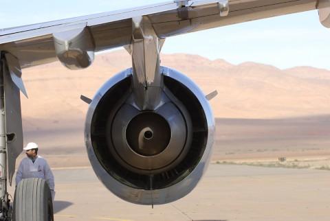 航空航天机修工站在机翼发动机附近