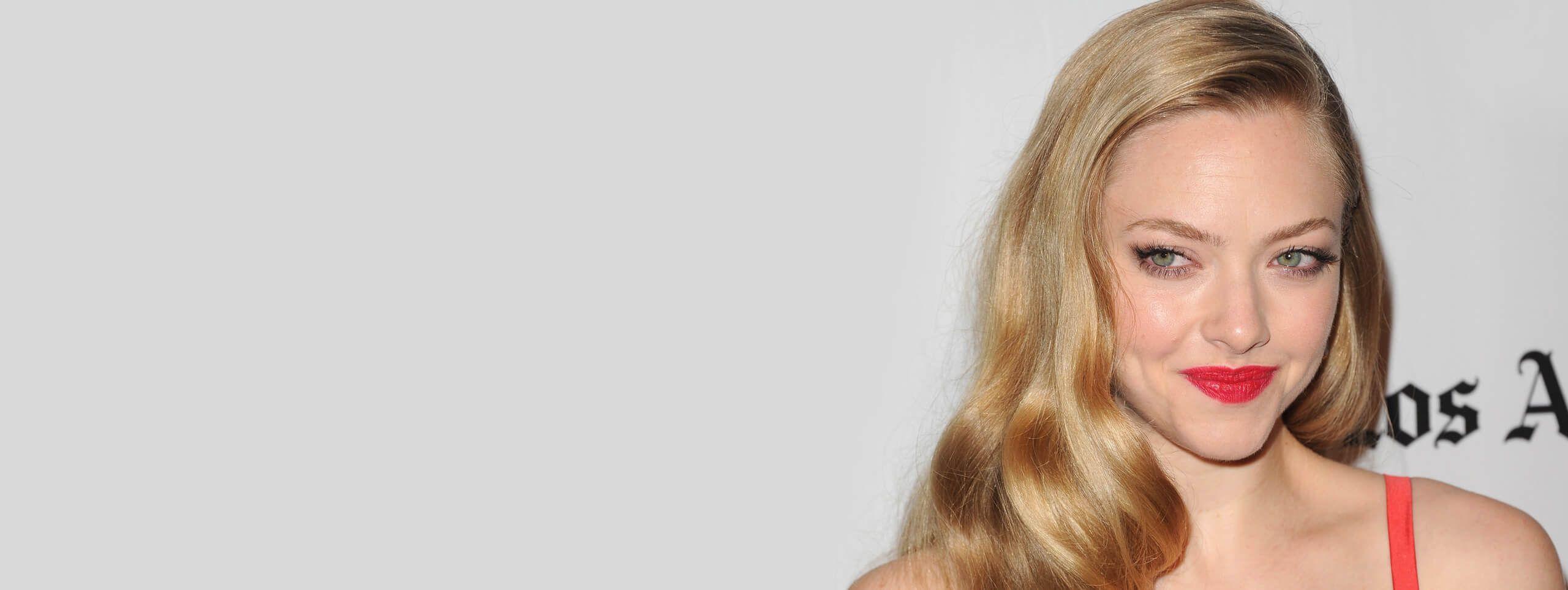 Amanda Seyfried z długimi rozpuszczonymi blond włosami