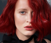 Frau mit schönen schulterlangen roten Haaren.