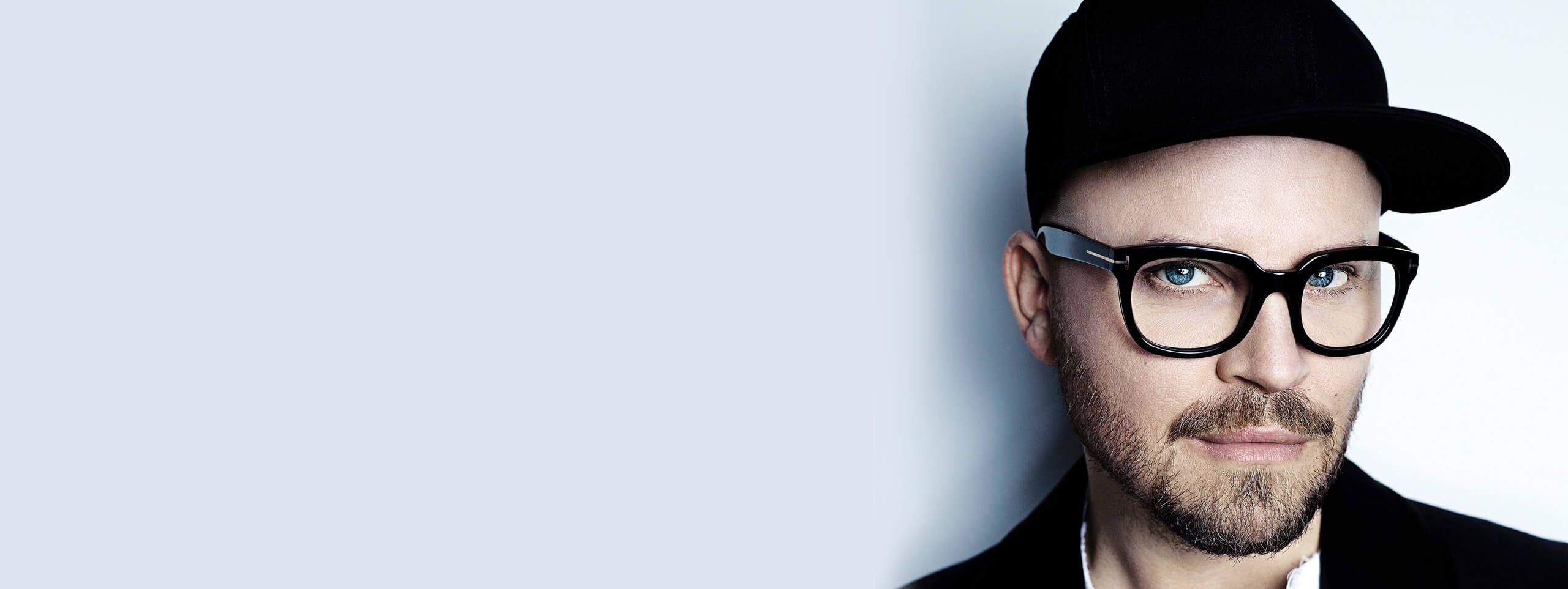 Armin Morbach w okularach i czapce z daszkiem