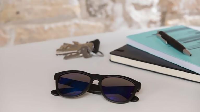 Arreglar gafas con pegamento