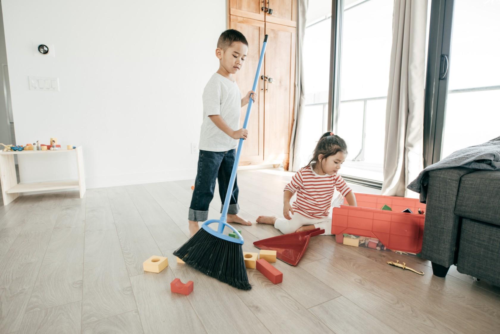 Hausarbeit mit Kids, Kinder räumen Spielzeug auf