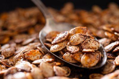 geröstete und gewürzte Kürbiskerne als gesunder Snack