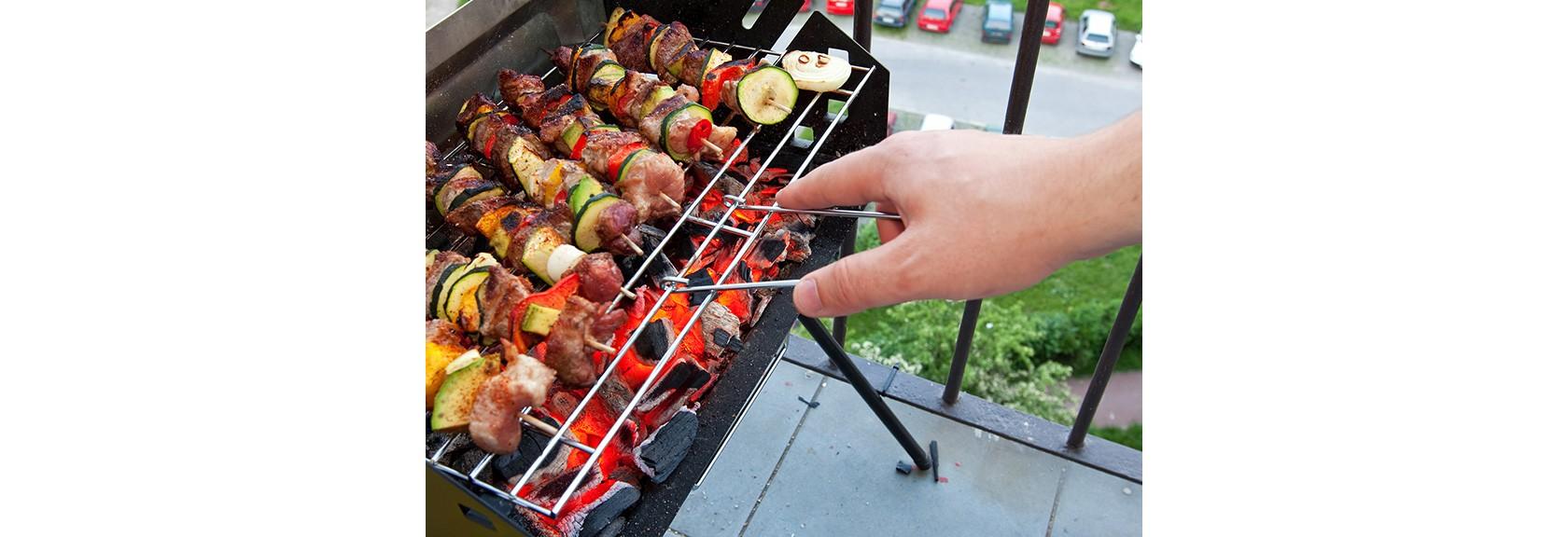 Leitfaden für sicheres Grillen im Sommer. Eine Kohlegrill auf einer Terrasse.