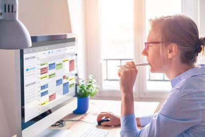 Putzplan erstellen Frau am Computer