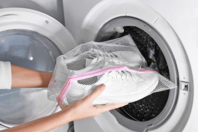 Weiße sneaker waschen im Wäschenetz